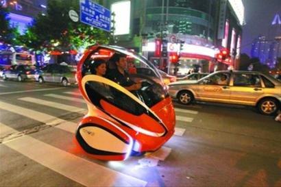 汽车馆概念车溜上街 行人追随拍照未影响交通