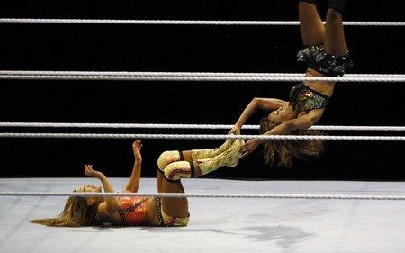 世博园上演美式摔跤赛 美女选手亮相娱乐观众