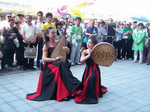 华师大志愿者为排队游客表演劲舞民乐(图)