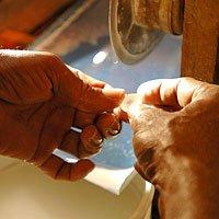 斯里兰卡传统手工技艺打磨完美宝石