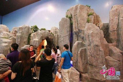 新华网特写:人民的乐园朝鲜馆 纪念邮票热销