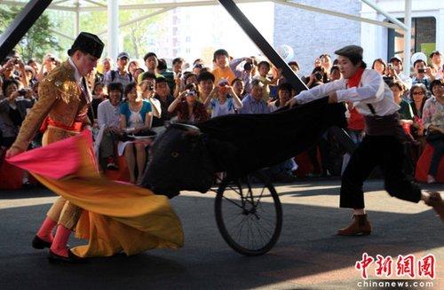 图文:西班牙趣味斗牛亮相上海世博会