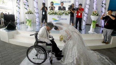 63岁残疾老人世博园办婚礼 弥补30年前遗憾
