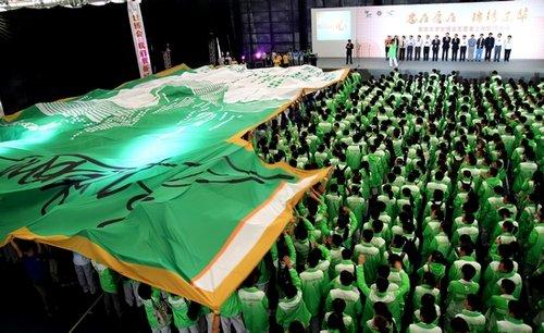 东华师生传递巨型白菜服 最后一批志愿者上岗
