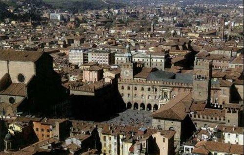 生动的古迹古貌 博洛尼亚人和房子完整保护