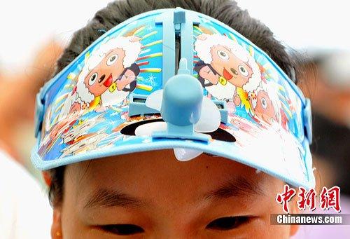 图文:七月盛夏微型电扇防暑帽热卖世博园