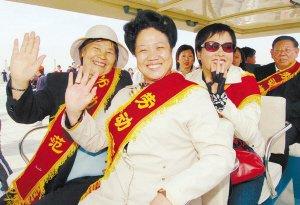 全国总工会组织千名劳模参观上海世博会