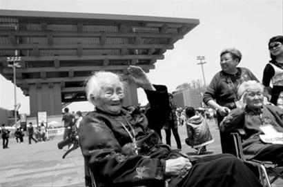 """上海组织首批""""老寿星""""世博游客入园参观"""