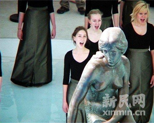 丹麦前王妃携小美人鱼合唱团现身丹麦馆(图)