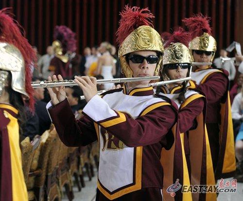 南加州大学乐队扮成特洛伊战士献艺美国馆日