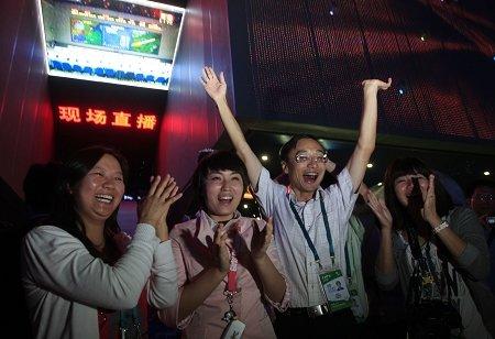嫦娥二号 成功奔月 世博园欢声震天 图