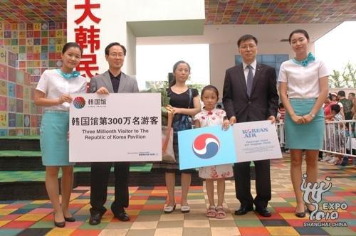 韩国馆第300万名游客获赠中韩往返机票(图)