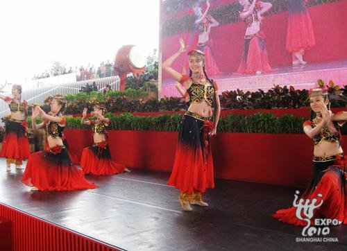 中国馆迎第800万名参观者 获赠精美展馆模型
