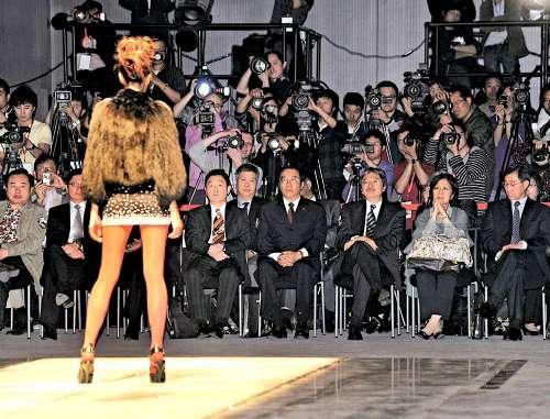 香港参与世博会节目 财政司长为时装周揭幕