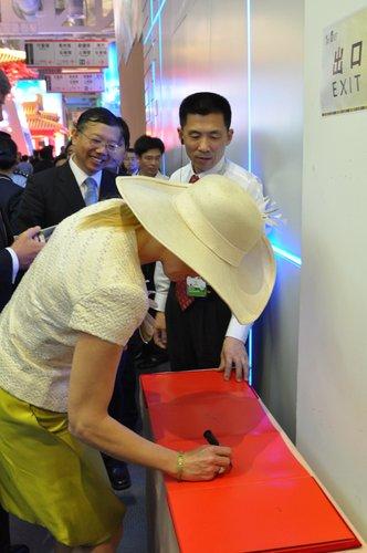 荷兰王储、王妃5月18日参观世博会上海馆