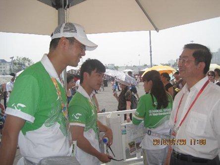 上海市侨办主任慰问华侨华人世博志愿者