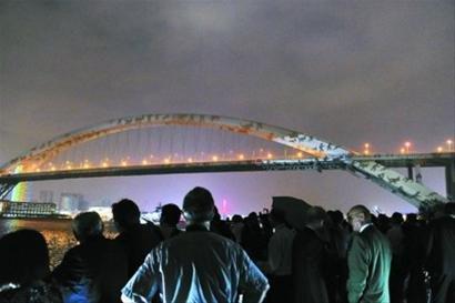 瑞士灯光大师点亮卢浦大桥 大熊猫和奶牛相会