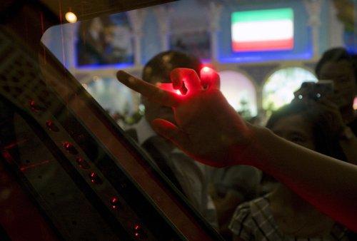 图文:伊朗馆内拨动感光琴弦 聆听竖琴之音