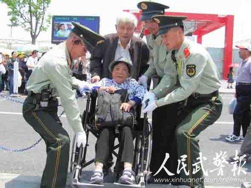 橄榄绿衬托中国红 世博武警向往到中国馆执勤