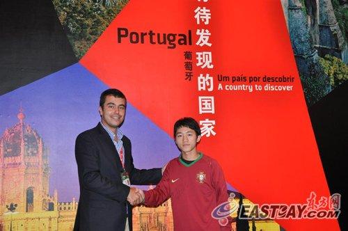 葡萄牙馆游客获签名球衣 幸运儿大呼我爱C罗