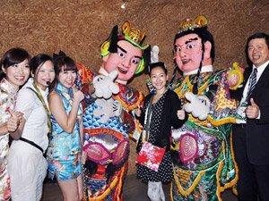 小S9月24日和老公许雅钧一家人参观上海世博会