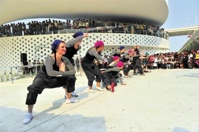 图文:丹麦青年艺术家为游客表演街舞跑酷