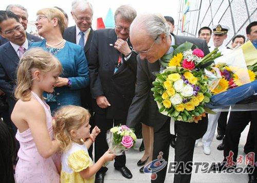 """瑞典国王亲临世博园 中瑞两国""""小仙女""""献花"""