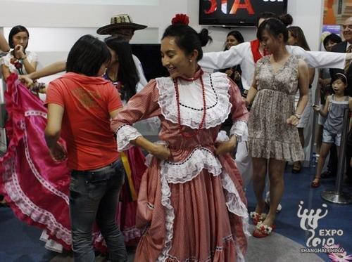 现场观众体验哥伦比亚舞蹈的魅力