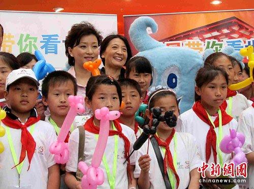 图文:杨澜带领20名贫困儿童逛世博迎六一