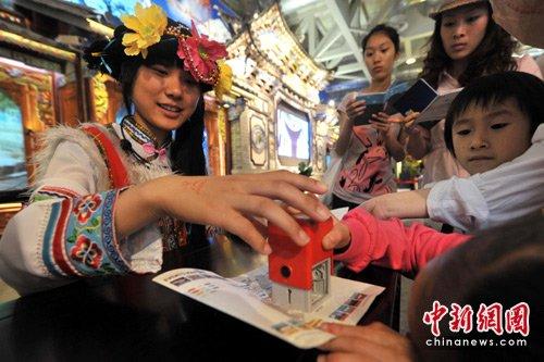 """图文:云南""""阿诗玛""""为世博护照盖章"""