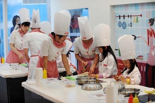 一位小朋友在体验面包师的工作。位于上海世博园里的育乐湾展区,是一个面向7至15岁的少年儿童的未来职业体验乐园。这里设有25个专业,让孩子在娱乐和体验中获得启迪。据育乐湾展区工作人员介绍,仅在开园当日,就约有500名少年儿童来到园区体验。新华社记者 赵戈 摄