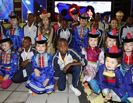 内蒙古儿童合唱团与非洲孩子相聚世博园(图)