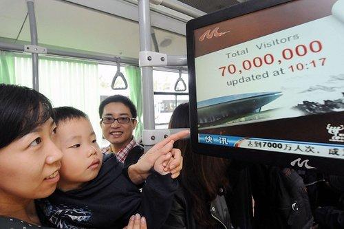 游客争看世博客流破7000万宣传片(图)