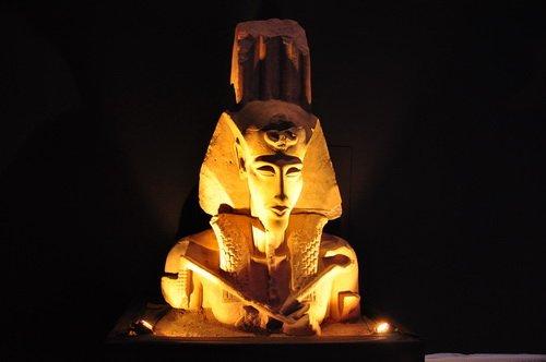 头戴法老王斑纹头巾和风神休之羽的法老阿蒙霍特普四世巨像-埃及八图片