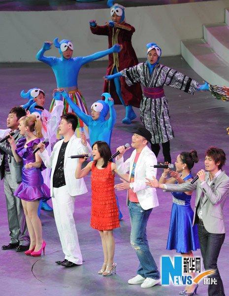 图文:歌手现场演唱《城市让生活更美好》