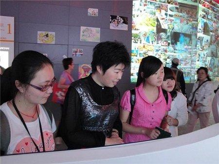 形象大使于丹兑现承诺 邀北川学生参观世博