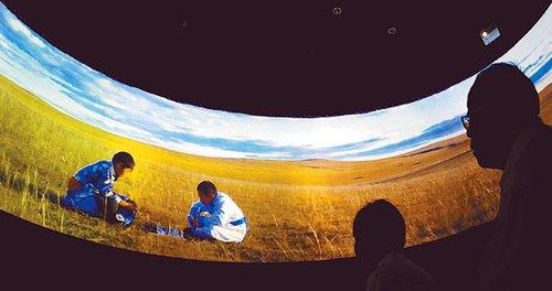 图文:内蒙古馆移植绿草黄沙 草原随季节变换