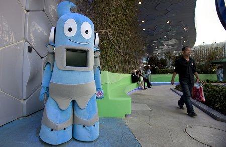 机器人海宝亮相浦西园区 可以握手与游客互动