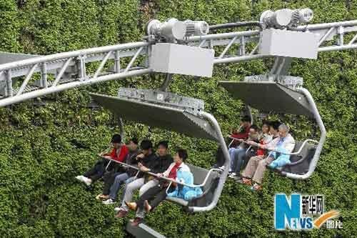 上海世博园瑞士馆内,游客们在乘坐缆车游览(来源:新华网)