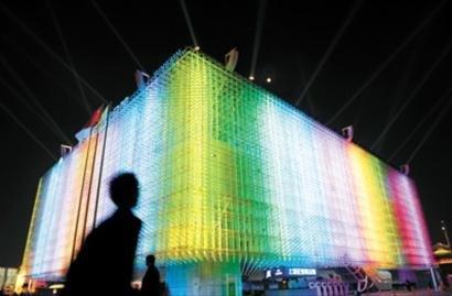 上海企业馆亮灯 游客享视觉大餐品机器人厨艺
