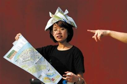 园区降温避暑有高招 游客用导览图自制太阳帽