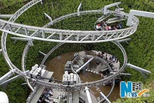 上海世博园瑞士馆内呈螺旋上升的缆车(来源:新华网)
