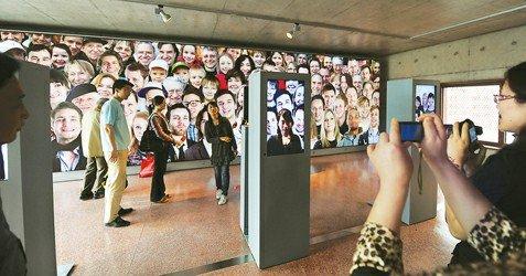 """图文:汉堡案例馆中拍照 可成为""""微笑使者"""""""
