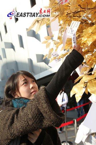 新加坡馆难舍世博 许愿树上留下游客回忆(图)