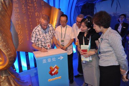 挪威农业部副部长一行访问上海世博会山东馆