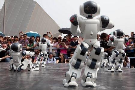 机器人法国馆跳集体舞 扭头行礼吸引数百游客