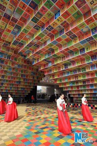 图文:世博开园首日 韩国馆工作人员盛装迎客