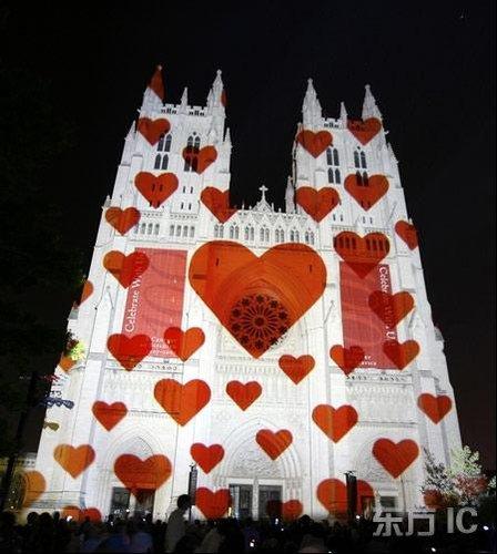 美国华盛顿大教堂打出各色彩灯