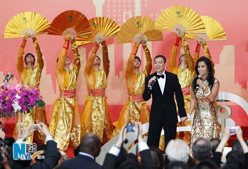 图文:刘德华和韦唯在世博开园仪式上献唱