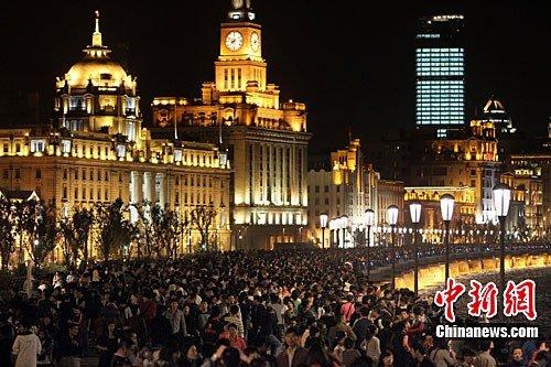 图文:国庆黄金周上海外滩早晚游人如织